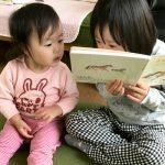 姉優が妹翠に読み聞かせ