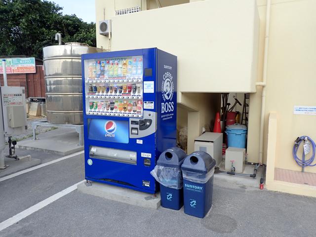 美ら海オンザビーチMOTOBUの入口横自販機