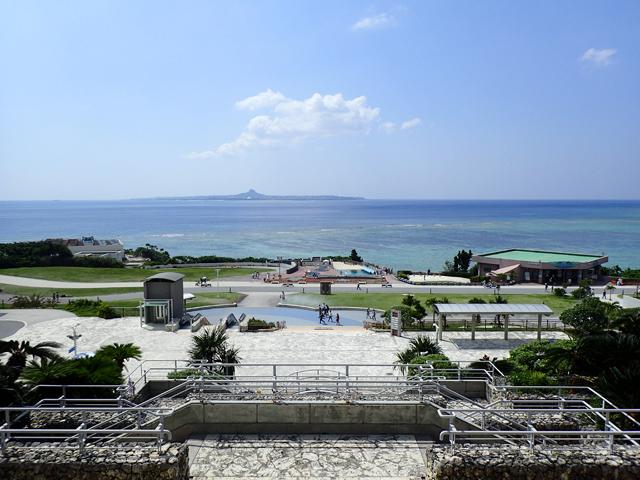 美ら海水族館入口前から見た風景
