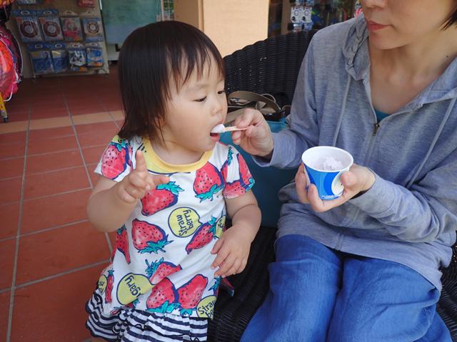 ブルーシールアイスを食べる翠