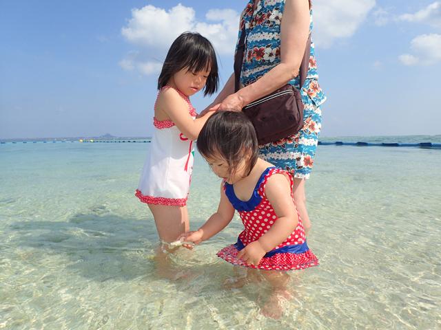 ゆすい姉妹瀬底ビーチに入る