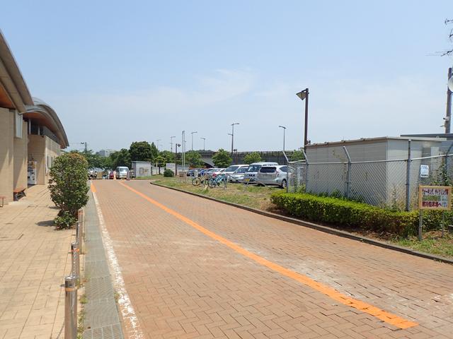この先に施設奥駐車場があります
