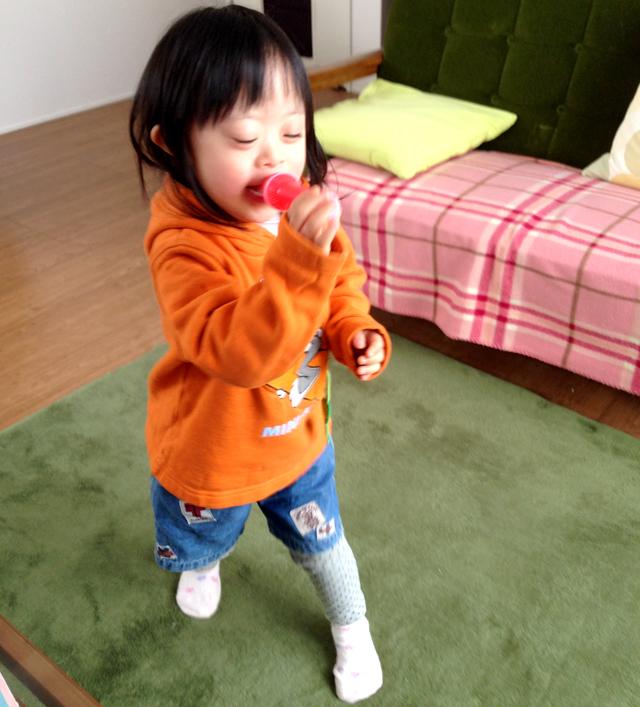 ダウン症優4歳歌う