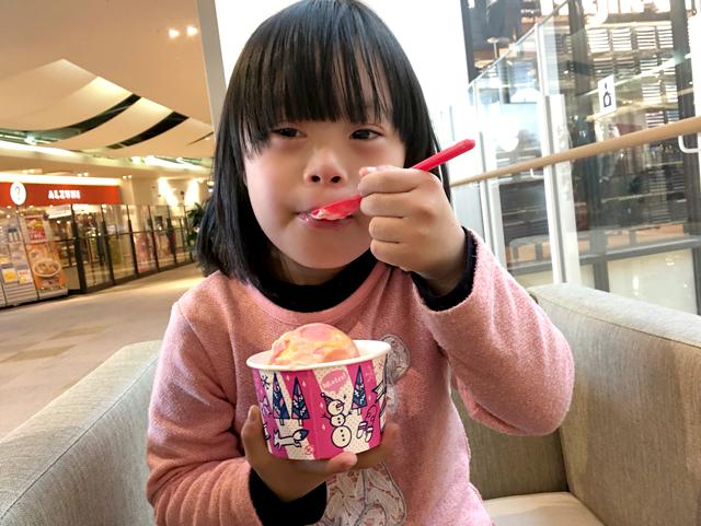 ダウン症優アイス食べる