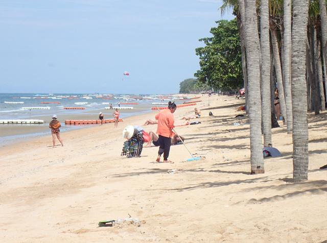ジョムティエンビーチを掃除するおばさん