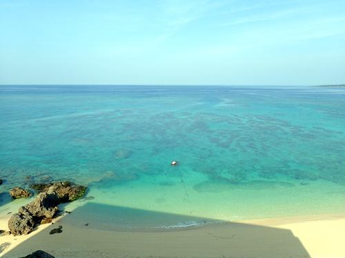 沖縄のビーチ沿いにある高台部分