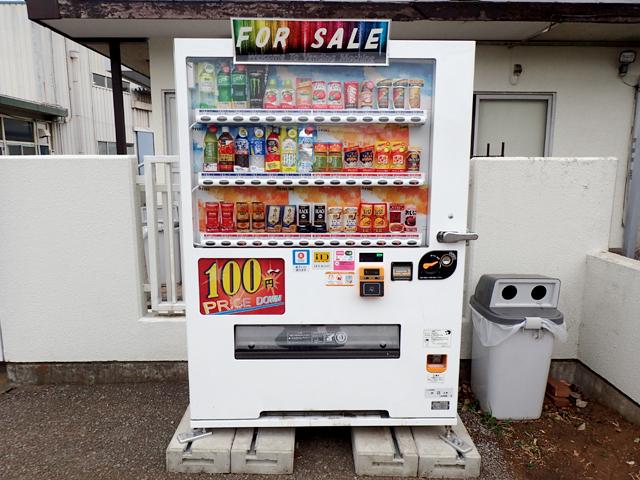 フィッシャーズパークの入り口付近の100円自販機