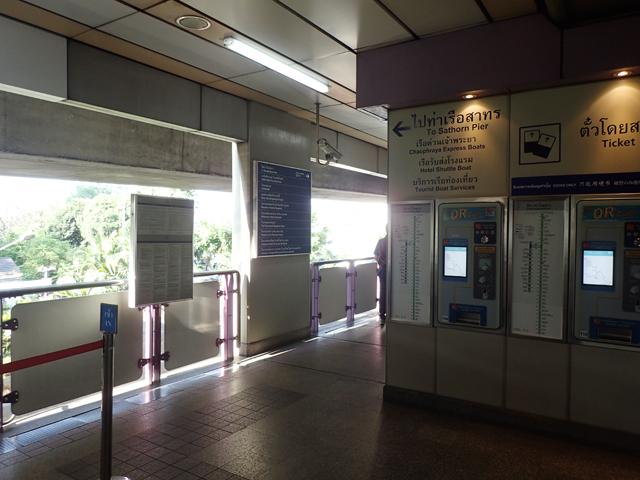 サパーンタクシン駅の2番出口は向かって左側