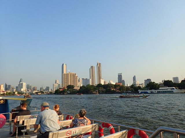 ツーリストボートから見た夕暮れのチャオプラヤ川