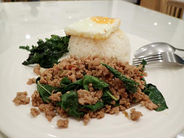 豚ひき肉のガパオ炒めライス+目玉焼き