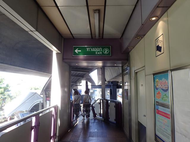 サパーンタクシン駅の2番出口