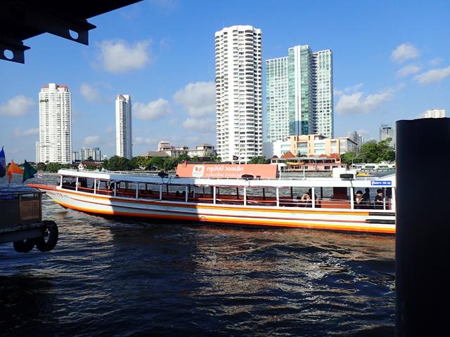 チャオプラヤ川のオレンジフラッグボート