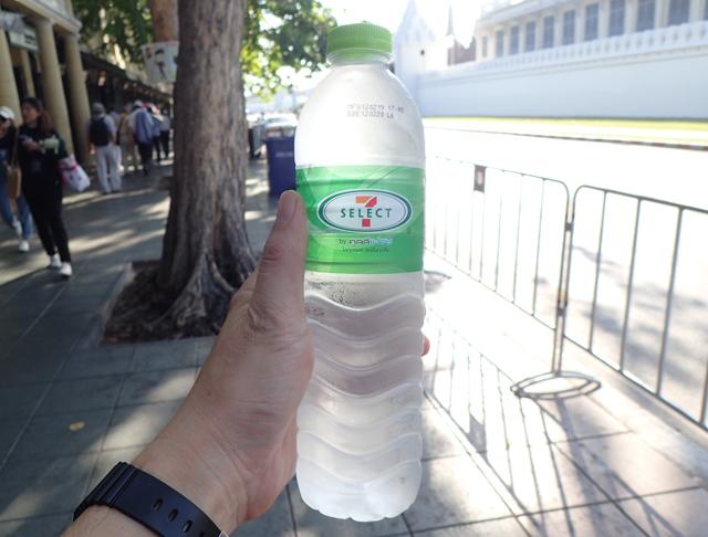 セブンイレブンの水