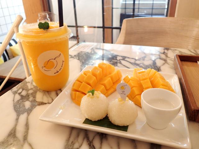 『Make Me Mango - Mango Cafe』のカオニャオマムアンとマンゴースムージー