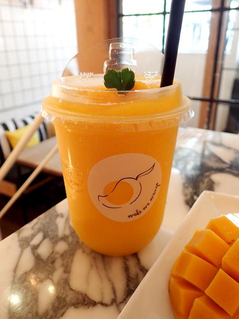 『Make Me Mango @ Thatien』のマンゴースムージー