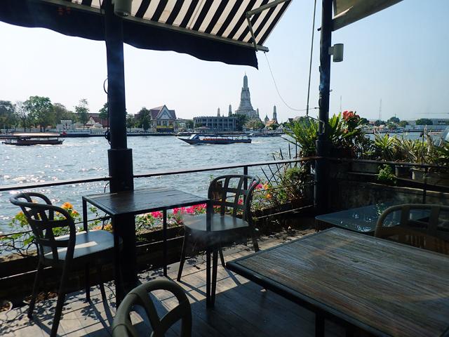 『ViVi The Coffee Place』のテラス席とワット・アルン