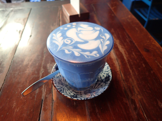 Blue Whale Cafe(Blue Whale Maharaj-Wat Pho.)のバタフライピーラテ(青いラテ)