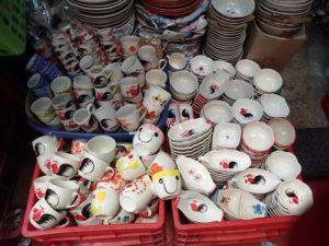 チャトチャック市場のニワトリ柄の食器